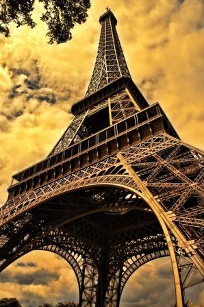 the-eiffel-tower-103417_640